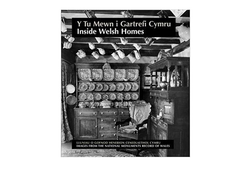 Y tu fewn i gartrefi Cymru, Rachael Barnwell ac Richard Suggett. Aberystwyth - Comiswn Brenhinol Henebion Cymru, 2012